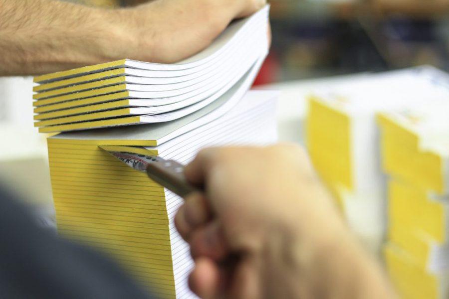 Werbeblöcke Produktion Handarbeit farbiger Blockleim