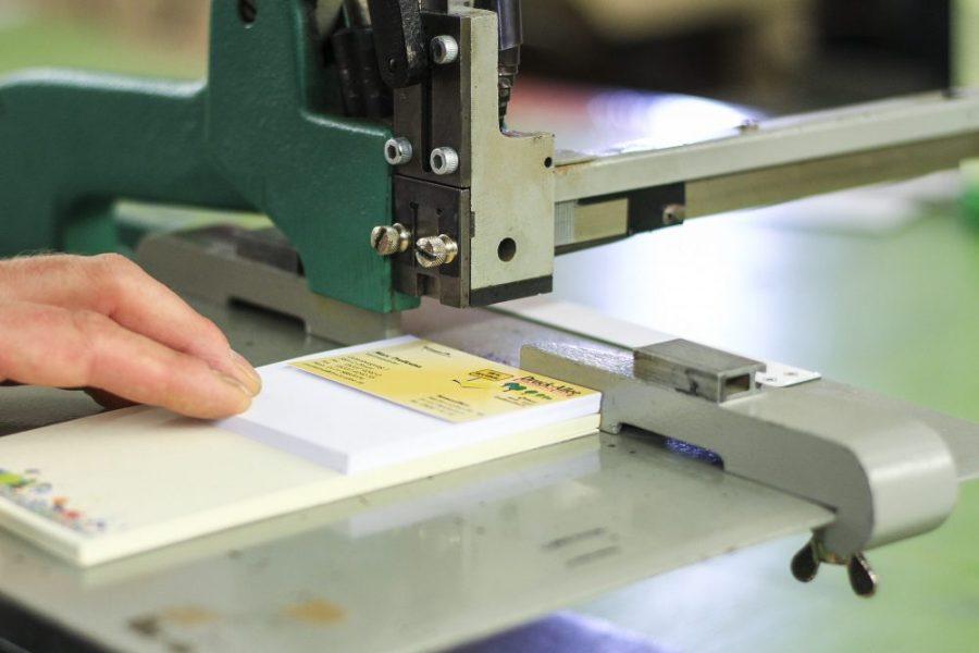 Heften von Druckprodukten Handarbeit Kalenderproduktion